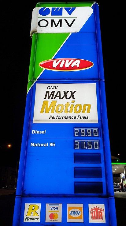 Ceny pohonných hmot na čerpací stanici OMV ve Sportovní ulici v brněnském Králově Poli, 16. března 2021.
