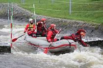 Jihomoravští hasiči trénovali v pondělí a úterý záchranu na divoké vodě v Českém Vrbném.