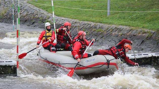 OBRAZEM: Hasiči trénovali na divoké vodě. Třeba na povodně