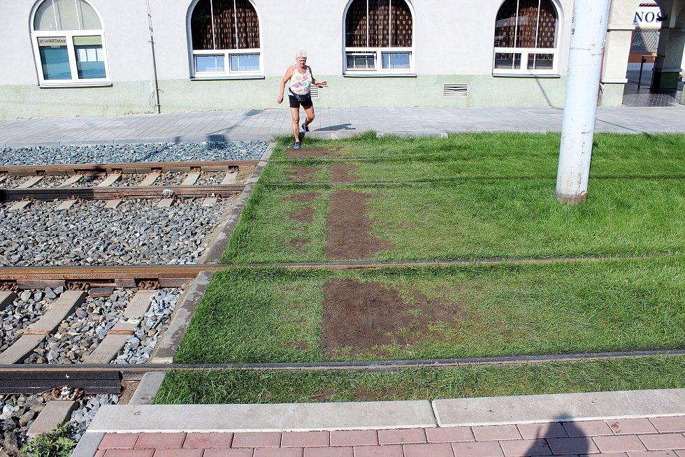 Nově opravenou Plotní a Svatopetrskou ulicí jezdí tramvaje od začátku července. Vadí chybějící místo pro přejití u zastávky Konopná, které je až asi o 20 metrů dál.