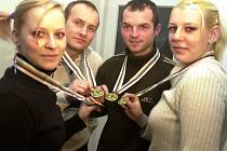 Krasojezdci (zleva) Andrea Petříčková, Kamil Bartůněk, Arnošt Pokorný a Iva Valešová, kteří vybojovali medaile na mistrovství světa v sálové cyklistice ve Francii.