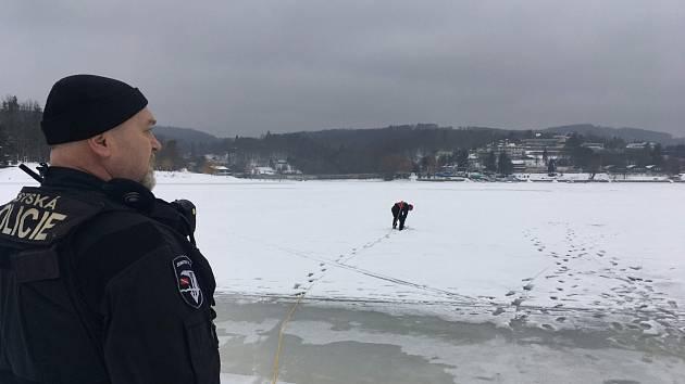 Při vstupu na zamrzlou Brněnskou přehradu hrozí propadnutí, varují strážníci.