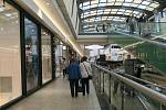 Zbývající obchody a řada služeb otevřela v pondělí po několika měsících omezení.