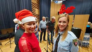 Brněnští strážníci nazpívali s umělci z Městského divadla Brna vánoční koledy