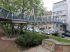 Pěší lávku mezi parkem pod Janáčkovým divadlem a komplexem IBC využívají lidé už osmnáct let. Architektonického řešení lávky se Jiřičná ujala poté, co nabídku odmítl Jan Kaplický.