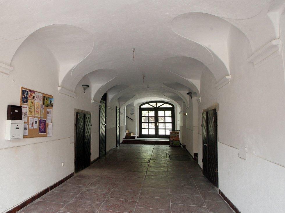 Ve dvoře barokního domu je zahrádka kavárny, která často láká na festivaly nebo jiné kulturní akce. Lidé se bojí, že o ně kvůli novým bytům přijdou.