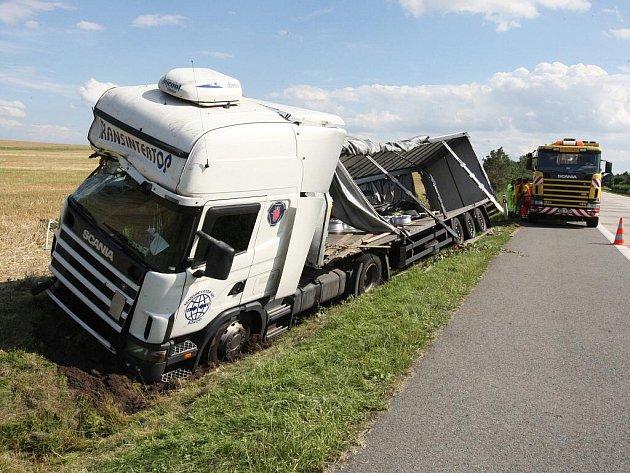 Převrácený kamion na D2.