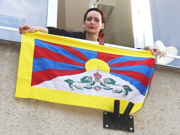 Jundrovská starostka Ivana Fajnorová vyvěšuje tibetskou vlajku.