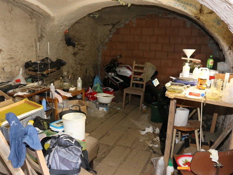 Policie zadržela tři muže, kteří jsou podezřelí z výroby a distribuce drog na Brněnsko. Vyráběli je na chatě v Prosetíně na Žďársku, v níž policisté zajistili drogy, které mají na drogovém trhu hodnotu téměř půl milionu korun.