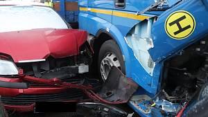 Řidič kamionu naboural devět aut