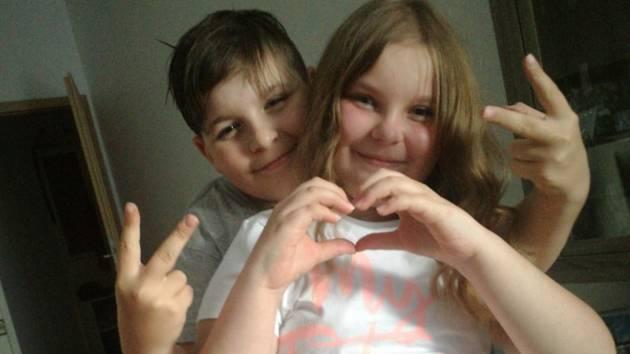 Desetiletá Míša s bratrem, která pro pomoc nemocné matce vytočila tísňovou linku 155.