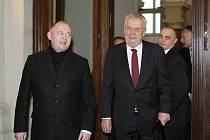 Prezidenta Miloše Zemana uvedl do budovy krajského úřadu jihomoravský hejtman Michal Hašek.