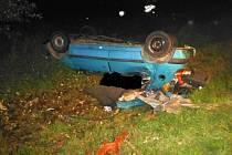 Řidič jel příliš rychle. Po nárazu do stromu zemřel.