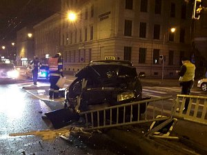 Taxikář zdemoloval zábradlí na zastávce v Křenové ulici