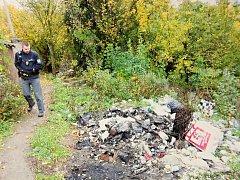 Hromada částečně spáleného odpadu v zahrádkářské kolonii Juranka.