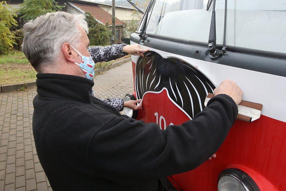 V rámci celosvětové kampaně Movember polepil Dopravní podnik města Brna svoje tramvaje kníry.