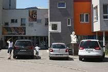 Problematické parkování na Bakalově nábřeží v Brně.