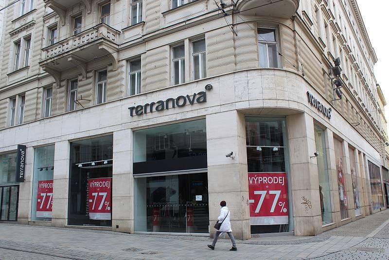 Zavřená prodejna oblečení v Masarykově ulici v historickém centru Brna, 13. března 2021.