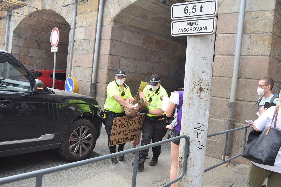 Aktivistka z hnutí Extinction Rebellion v úterý odpoledne chvilku blokovala dopravu u brněnského hlavního nádraží.