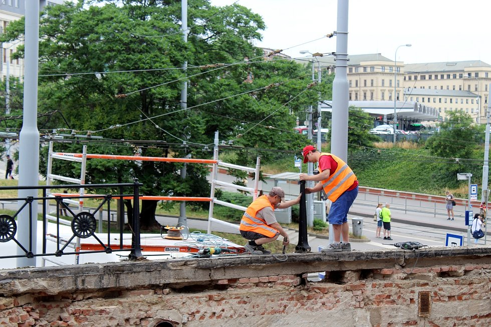 Levé křídlo výpravní budovy brněnského hlavního nádraží prochází rekonstrukcí. V budoucnu tam bude třeba kavárna.