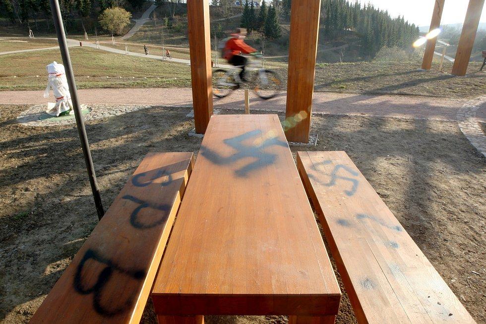 V Líšni někdo nasprejoval na kašnu a lavičky hákový kříž a další nacistické symboly.