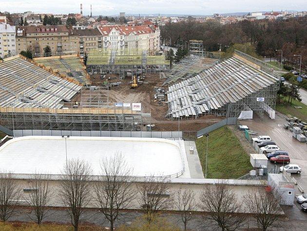O desítky parkovacích míst přijdou na měsíc v Králově Poli. Kometa Brno si tam zabrala parkoviště kvůli stavbě hokejového stadionu a lednovým zápasům pod širým nebem.