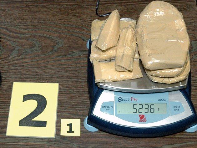 Zabavené drogy policisté pečlivě váží.