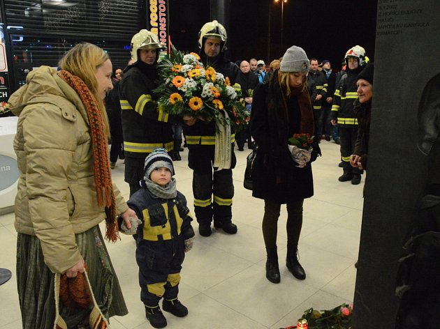 Hasiči a další lidé uctili památku dvou kolegů, kteří zemřeli ve službě.