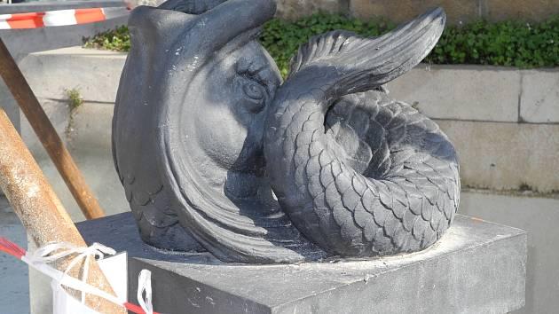 Chrlič v podobě delfína z barokní kašny Parnas na Zelném trhu. Archivní snímek.