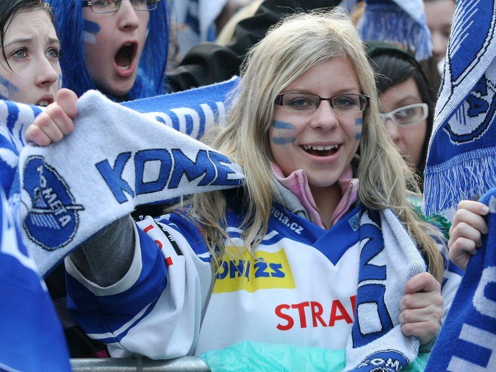 Hokejisté brněnské Komety se můžou těšit na nové chorály.