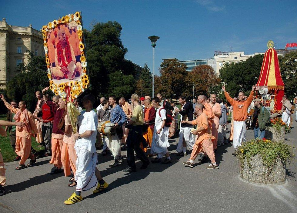 průvod členů hnutí Hare Krišna oslavující hinduistické božstvo