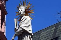 Morový sloup na náměstí Svobody zdobí replika Panny Marie. Originál sochy je zatím ukrytý.