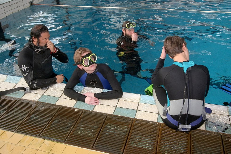 Redaktorka Deníku Rovnost Věra Sychrová (uprostřed) si zkusila kurz freedivingu, tedy potápění na jeden nádech bez výstroje.