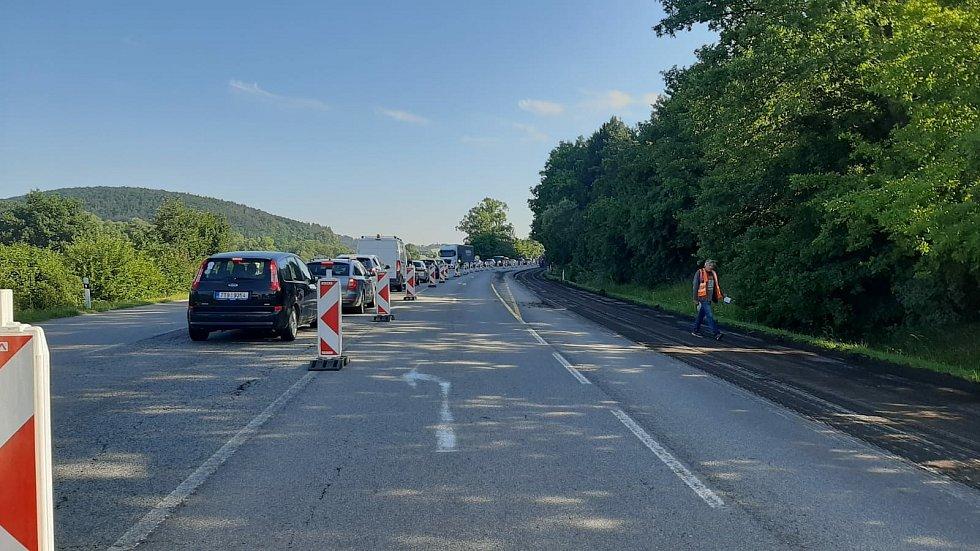 Na silnici I/43 u Kuřimi od soboty opravují vozovku. V místě se tvořily kolony.