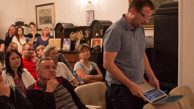 Fotografie ze zasedání zastupitelstva Podolí, při kterém zastupitelé odhlasovali, že o budoucnosti možného kasina v obci rozhodne referendum.