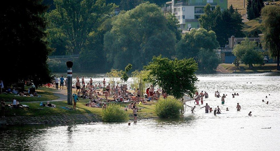 Tisíce lidí zaplnily o víkendu a o pondělním svátku Brněnskou přehradu, kde hledaly stín i osvěžení v parných letních dnech.