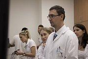 Studenti medicíny z Masarykovy univerzity se učí operovat na dvou virtuálních simulátorech. Zdokonalují se na programech podobných videohře, ale zkouší operovat i plíce, žlučník nebo slepé střevo.