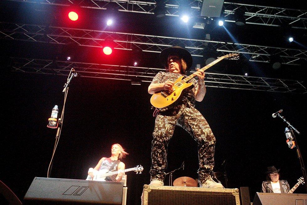 Anglickému glamrocku a hardrocku v podání legendární skupiny Slade patřilo ve čtvrtek večer brněnské Sono centrum. Skupina zahrála své největší hity včetně skladeb Far Far Away či My Oh My.