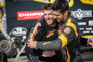 Šťastný Jan Brabec (vlevo) po finiši letošního ročníku Rallye Dakar.