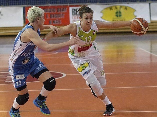Na snímku pivotka Edita Šujanová (vpravo).