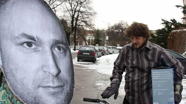 Aktivisté proměnili sochy v Landu a Dvořáka.