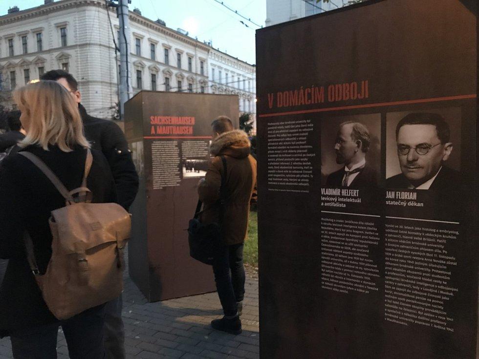 Na éru nacistické okupace vzpomínají lidé před rektorátem Masarykovy univerzity.