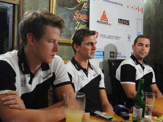 Zleva Pavel Kelemen, trenér Petr Klimeš a Adam Ptáčník.