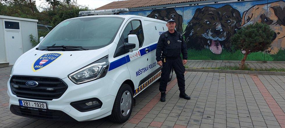 Omlazení techniky se dočkala i odchytová služba. Její strážníci již vozí zatoulaná zvířata novým služebním vozidlem.