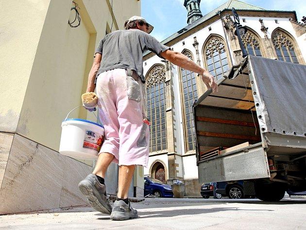 Na brněnské Jakubské náměstí se brzy vrátí stavbaři. Budou vyměňovat zničenou dlažbu.