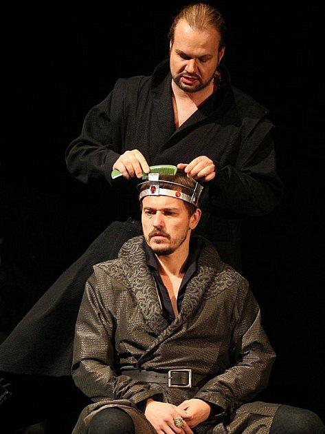 Krále Jindřicha II. ztvárnil Petr Štěpán, jeho nejlepšího přítele (později úhlavního nepřítele) Petr Gazdík.