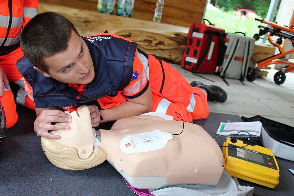 Záchranáři v sobotu zachraňovali zavaleného člověka při cvičení v Kateřinské jeskyni v Moravském krasu. Při akci Putovní 155 si lidé také mohli vyzkoušet resuscitaci u Domu přírody.