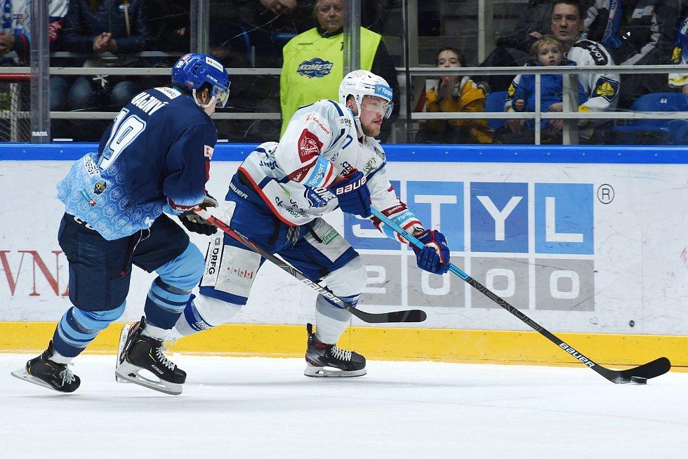 Brno 1.3.2020 - domácí HC Kometa Brno Tomáš Bartejs (bílá) proti Rytířům Kladno Jakub Hajný (modrá)