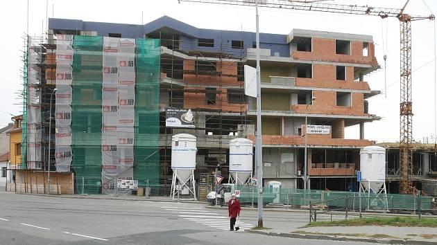 Stavba polyfunkčního domu začala před rokem. Místním vadí hlavně navýšení indexu podlažních ploch, díky kterému může mít dům místo původních čtyř pater pět. Investor plánuje dokončení domu na jaře.