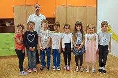 Focení prvňáčků v ZŠ Popůvky na Brněnsku. Na fotografii 1. třída s třídním učitelem Petrem Jalovým.